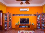 60m2 living / dining room: Authentic furniture, satellite TV +Harmon Kardon sticks