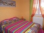 Chambre avec lit 140x190 cm.
