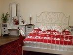 Dormitorul mare cu pat 160x200 cm, baie proprie