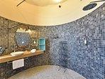 Salle de bain douche à l'italienne dans la tour
