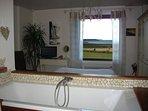 chambre camomille ,  vue mer depuis sa baignoire ,et son lit
