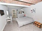Gîte Naples-studio de 30m². coin salon avec cuisine équipée et  salle de bains..