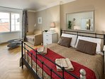Living bedroom with double bed (180 x 200 cm) and private bathroom