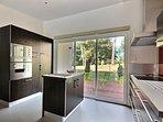 La cuisine ouverte et sa terrasse côté jardin
