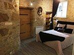 Le lit de la chambre en 160x200
