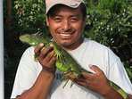 Jairo shows the green leguana. We have books where you can read more about the animals here.