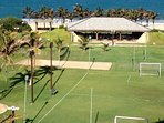 vista das quadras esportivas e barraca de apoio da praia