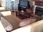Salon-Comedor con caset leña, Tv,wifi, barra bar, sofas comodos