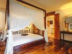 chambre romantique en bois exotique.