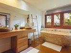 salle de bain ouvrant sur le jardin
