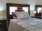dormitorio nùmero 2, con dos camas, cada cama tiene làmparas incorpordas en la misma cama.