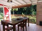 Terrasse ouverte sur vegetation tropical