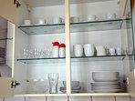 Ausreichend Geschirr und andere Küchenutensilien vorhanden.