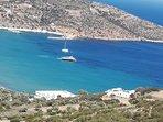 Un site exceptionnel face à la grande baie de Platys Gialos