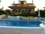 camera da letto matrimoniale con bagno pvt, piscina, giardino, sala colazione.
