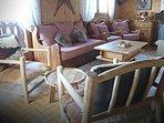 Salon avec cheminée au feu de bois et superbe vue panoramique sur le Lac Léman.