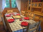 Salle-à-manger du chalet privé Le Perce Neige à Thollon-les-Mémises. Pouvant accueillir 6 personnes.