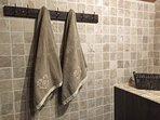 Salle-de-bain avec baignoire au chalet privé Le Perce Neige à Thollon-les-Mémises.