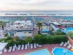 Panorama verso il mare con piscine e spiaggia