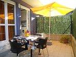 2ª Terraza, salida desde la cocina, mesa , sillas, sombrilla