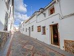 Fachada y calle Alcantarilla