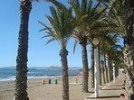 LA plage de LA AZOHIA ,Le passéo, la promenade sous les palmiers et la plage de San Ginès.