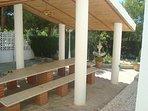 RDC: Grande table et bancs de marbre couverte pour 20 personnes , et douche de jardin.