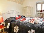 prima camera da letto: un letto matrimoniale