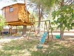 Cabane dans les arbres et aire de jeux