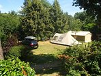 Emplacement de camping bord de rivière.