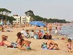 Enfrente de una de las mejores playas de arena de cambrils, un ambiente muy familiar, no masificada