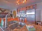 La cucina completamente attrezzata vanta ripiani in granito e elettrodomestici inox.