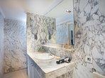 Bathroom No.1 Shower, WC, Hari dryer.