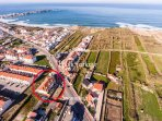Only a few hundred meters from the beach with pool and parking. Market, restaurants, bars close by.