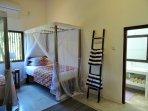 Doppelzimmer mit zwei bequemen Einzelbetten und privatem Badezimmer