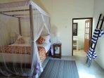 Master-Bedroom mit Doppelbett und privatem Badeimmer