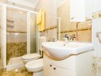 A1(7+1): bathroom with toilet