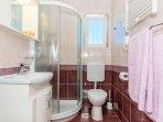 A3 Crveni (2+2): bathroom with toilet