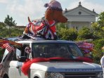 The Seaside 4th of July parade passes right in front of Kiwi Grove!