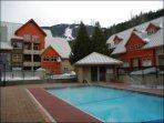 La piscina comune e la vasca idromassaggio sono perfette per il relax durante il soggiorno
