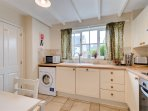 Well equipped kitchen, with washing machine and dishwasher