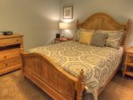 Queen master bedroom - Nice and very private bedroom with attached private bath.