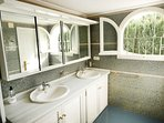 Ensuite bathroom (4)