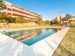 MANILVA-Appartement de standing vue frontale mer, 2ch, 2 SDB, clim, piscine, Padel, parking.