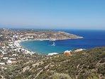 Niché sur la colline (voir flèche) Artemis Studios domine la baie et le grand bleu...