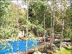 Il balcone si affaccia sulla piscina e sulla vasca idromassaggio