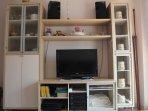 Mueble con televisión, DVD, equipo de música, etc.