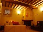 Sala taverna, soffitto in legno e mezzane in marmo.