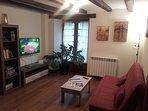 Sala de estar con biblioteca y juegos