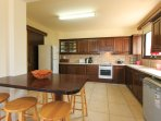 Equipped kitchen with breakfast bar